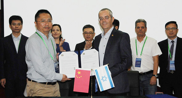 הפרופסורים פיקסלר וזאו, במעמד החתימה בסין, צילום: טיאן מיי