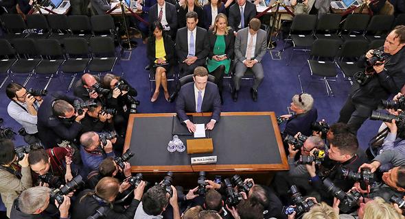 צוקרברג מעיד בפני הסנאט האמריקאי בגין כשלי החברה
