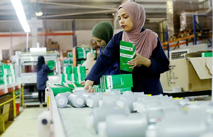 פועלות ירדניות במפעל הפילטרים אירביד. כמעט כל העובדים הם נשים, והשכר הממוצע הוא 300 דולר לחודש, צילום: עמית שעל
