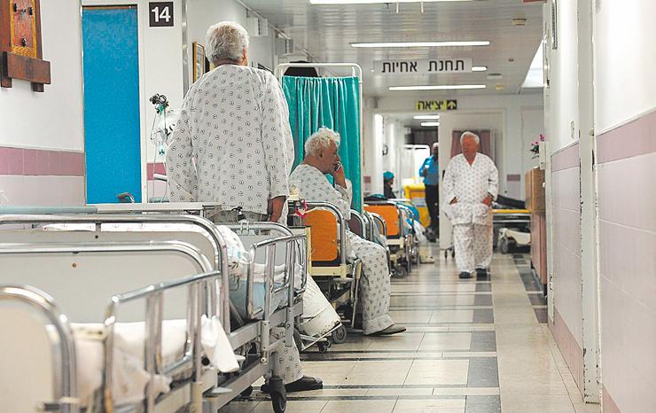 """בית החולים ברזילי, 2012. """"אסור שיהיו חולים במסדרון"""", אומר אח מבית חולים במרכז הארץ. """"אז בזמן הבדיקה מעבירים אותם למחלקה הגריאטרית או לבית אבות, אפילו בתשלום"""""""