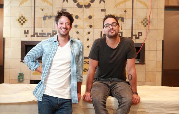 """אסף ליס (מימין) ואלון פרידמן ב""""מגרב"""". ליס: """"מנסים ליצור חוויה שתאפשר לנו להיות קרובים ללקוח"""""""