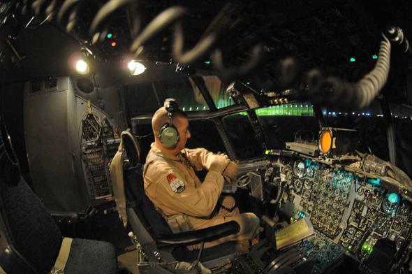 מכונאי אמריקאי בקוקפיט של הרקולס, צילום: USAF