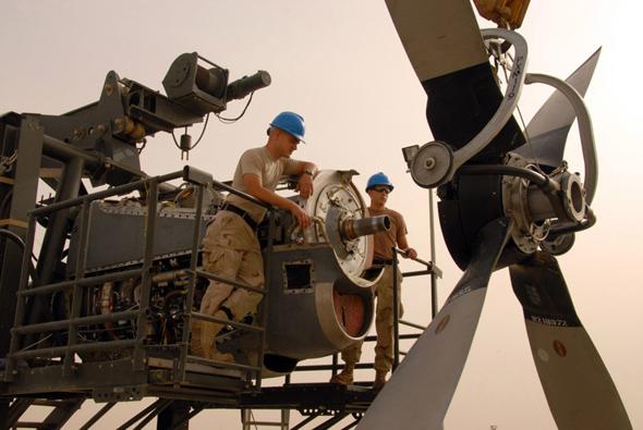 טכנאים עובדים על מנוע הרקולס, צילום: USAF
