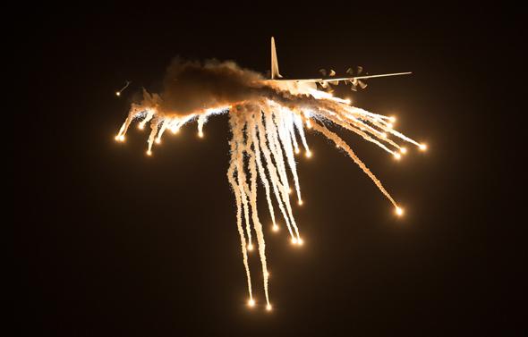 הרקולס משחרר נורים, שמסוגלים להטעות טילים ולאפשר חמיקה מאש אויב, צילום: שאטרסטוק