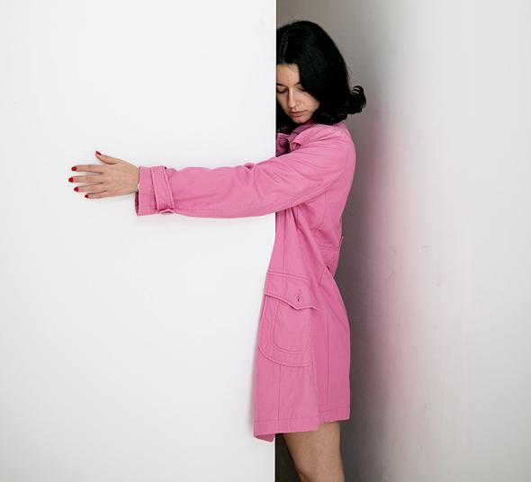 """ליטל גוראי וכרזה שעיצבה עבור מלונות דן. """"הרעיונות נוצרים אצלי כשאני בוהה"""""""