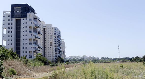 הקרקע המיועדת לבנייה ברמת השרון. הפיתוח כולל כביש עוקף וחיבורים לאיילון, צילום: עמית שעל