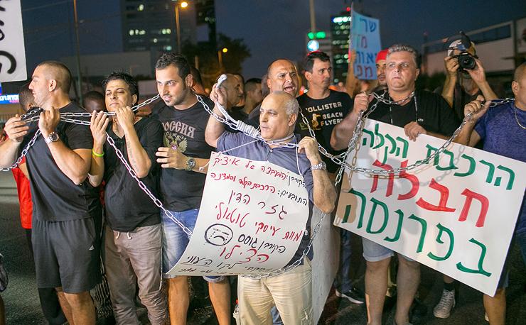"""הפגנה של בעלי עסקים בתוואי הרכבת. """"מתחייב לתת להם פיצוי"""""""