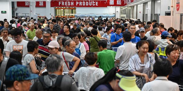 ביום הפתיחה: הסינים התנפלו וקוסטקו סגרה מוקדם את החנות