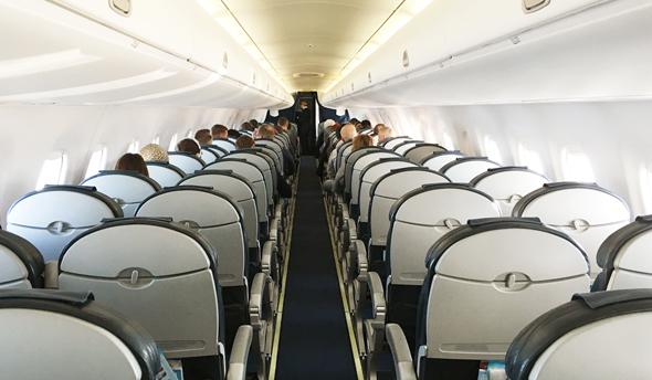 המטוס חצי ריק? לחברות לא אכפת, צילום: שאטרסטוק
