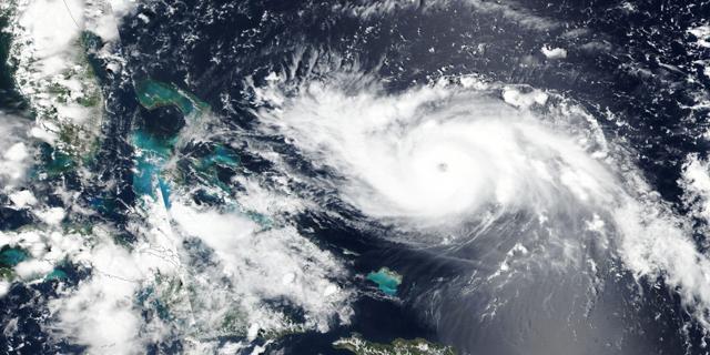 """הוריקן דוריאן מתקרב לפלורידה ב-220 קמ""""ש; תושבים מתבצרים"""