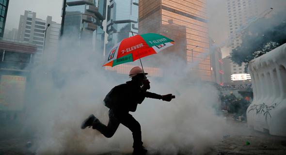 מפגין עם מטריה, צילום: AP