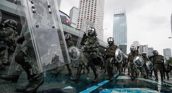 משטרת הונג קונג בעימות עם המפגינים בעיר, צילום: EPA