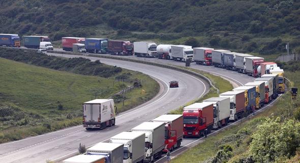 פקק תנועה של משאיות