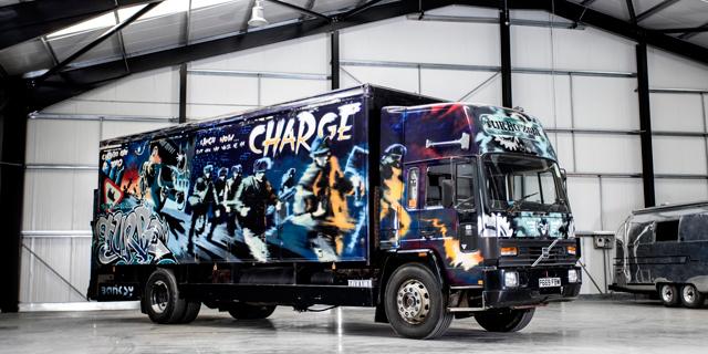 משאית מכוסה בגרפיטי של בנקסי צפויה לגרוף 1.8 מיליון דולר