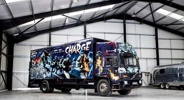 המשאית עם ציורי בנקסי, צילום: Bonhams