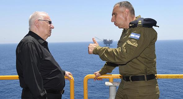 מימין: מפקד חיל הים אליהו שרביט עם נשיא המדינה רובי ריבלין
