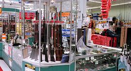 רובים למכירה בוולמארט, צילום: אם סי טי