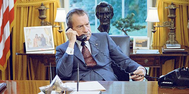 """הסדרה התיעודית """"טריקי דיק"""": צדדים אחרים של ריצ'רד ניקסון"""
