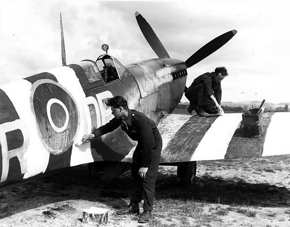 צוותי קרקע צובעים ספיטפייר בפסי הפלישה, צילום: RAF