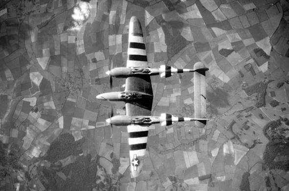 מטוס לייטנינג עם פסי זיהוי מיוחדים שצוירו עליו לקראת הפלישה לנורמנדי