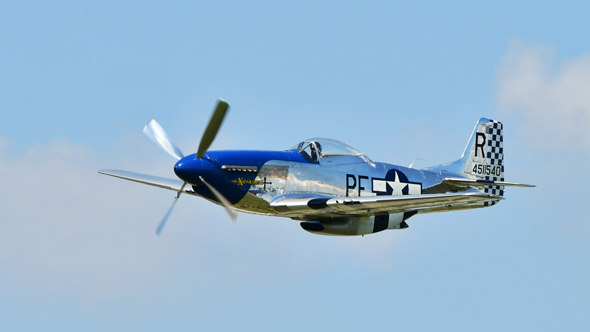 מטוס P51 מאוחר; הגוף חשוף, החרטום כחול, הזנב - דמקה, צילום: שאטרסטוק