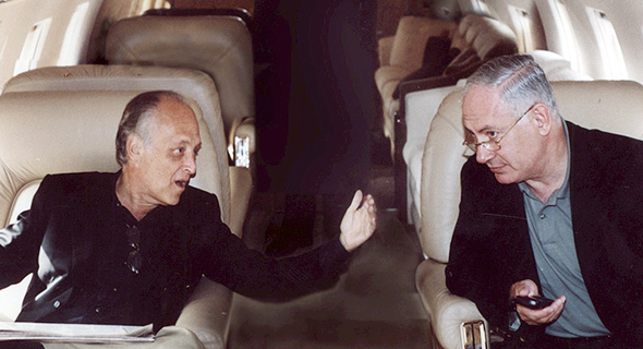 מימין ראש הממשלה בנימין נתניהו ו ספנסר פרטריץ מיליונר יהודי תורם ב מטוס ה פרטי של פרטרידג, צילום: באדיבות ערוץ 10