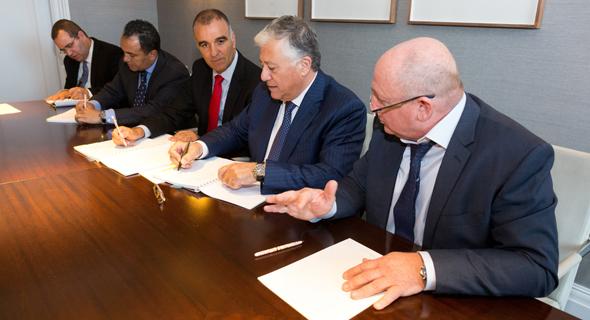 """נציגי קצא""""א ו-EMG חותמים על ההסכם בסוף השבוע, צילום: שי דולב"""