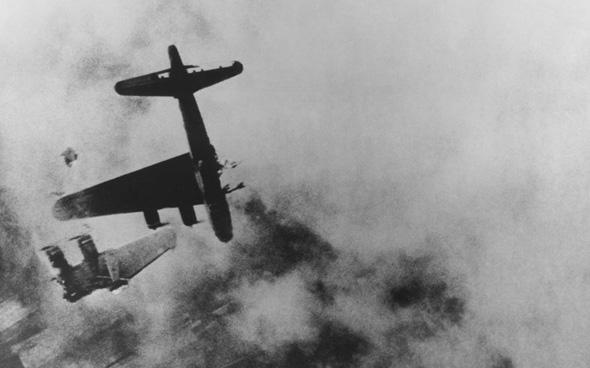 """מפציץ שנפגע מעל לקרננבורג מאש נ""""מ. רק שני אנשי צוות נטשו ושרדו"""
