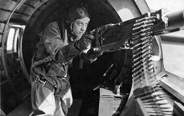 המקלען מיינארד סמית', שהצליח לטפל בשישה פצועים במטוס שלו לאחר שנפגע, תוך שהוא הודף מטוסי קרב במקלעו. על כך, זכה במדליית הכבוד של הקונגרס