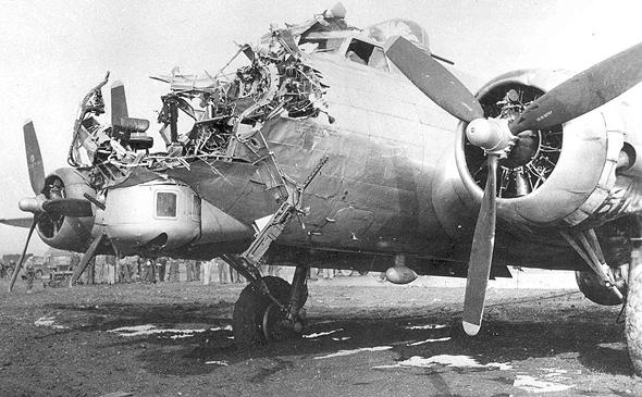 מפציץ B17 שהצליח לנחות על אף שאיבד את חרטומו, בפגיעת פגז שהרגה שלושה אנשי צוות