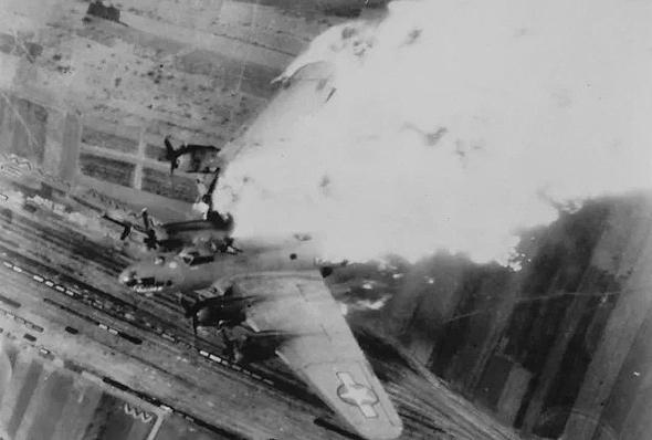 """מטוס B17 שכנפו נדלקה, לאחר פגיעת פגז נ""""מ"""