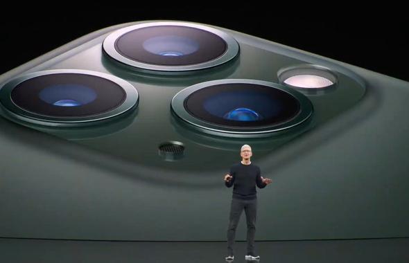 טים קוק והאייפון 11 פרו, צילום: Apple