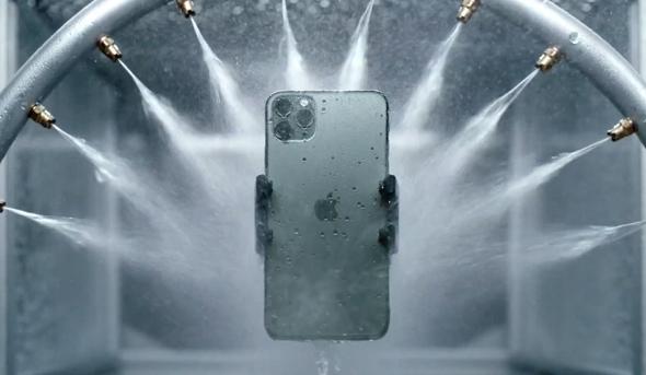 אייפון 11 פרו בבדיקת עמידות