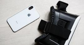 משקפי מציאות מדומה לצד אייפון, צילום: שאטרסטוק