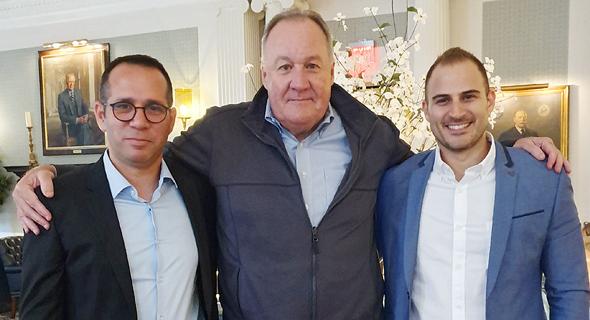 מימין איתמר חושן, לארי וובר והדן אורנשטיין