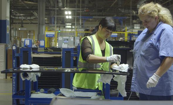 העובדת הסינית מדריכה את האמריקאית, צילום: Nerflix