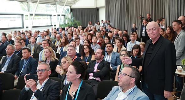 """מו""""ל כלכליסט יואל אסתרון (מימין) בוועידה, צילום: אוראל כהן"""