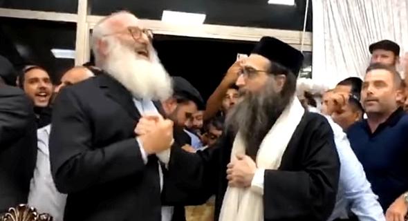 """אדוארדו אלשטיין עם הרב פינטו בבית האדמו""""ר באשדוד שיעור והכנסת ספר תורה, צילום מסך: Youtube"""