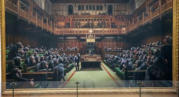 ציור של בנקסי: קופים בפרלמנט הבריטי