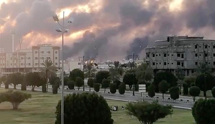 """תקיפת מתקני הנפט בסעודיה בשבת. באופן אירוני, זו דרכה של איראן לדחוק בארה""""ב להסיר את הסנקציות, צילום: רויטרס"""