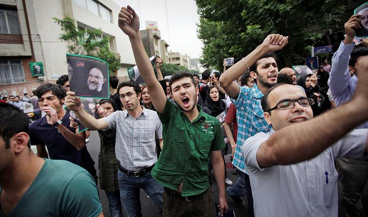 """""""המהפכה הירוקה"""" שפרצה בעקבות טענות לזיוף הבחירות של 2009. עשרות אנשים נהרגו וכ־4,000 נעצרו, צילום: איי פי"""