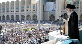 ח'מינאי נואם בפני אלפים בטהרן ביוני האחרון. בריאותו רופפת ומותו עתיד לזעזע את הסדר השלטוני , צילום: איי אף פי