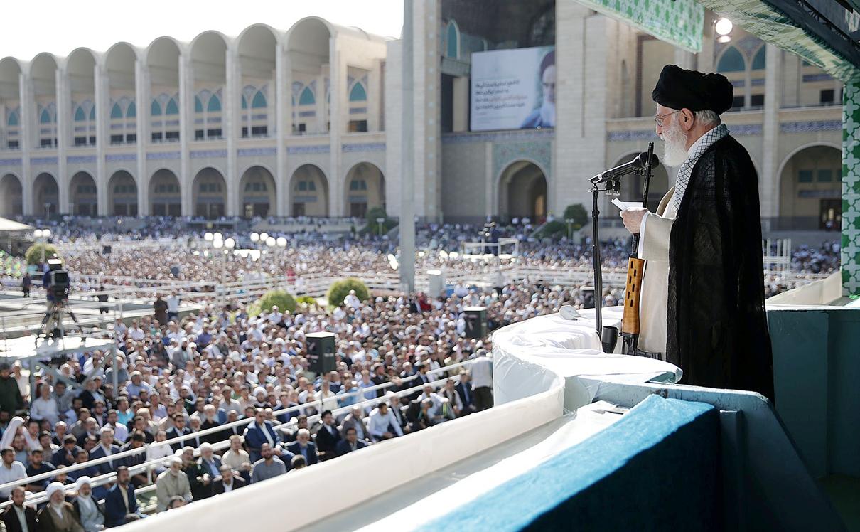 ח'מינאי נואם בפני אלפים בטהרן ביוני האחרון. בריאותו רופפת ומותו עתיד לזעזע את הסדר השלטוני, צילום: איי אף פי