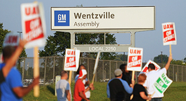 עובדי GM מפגינים, צילום: גטי אימג'ס