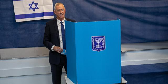 בני גנץ מצביע בבחירות, הבוקר, צילום: טל שחר