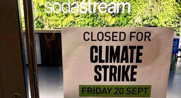 """כרזת השביתה של סודהסטרים. """"סולידריות במאבק לעתיד טוב יותר"""", צילום: אבישג שאר-ישוב"""