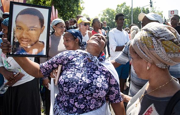 """הפגנה של בני העדה האתיופית לאחר מותו של סלומון טקה מירי שוטר. בעיית ה""""פרופיילינג"""" הוצפה בדו""""ח הצוות למיגור הגזענות נגד יוצאי אתיופיה"""