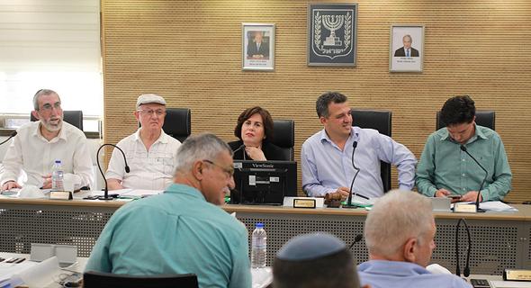 """ראש העיר רמת גן , כרמל שאמה הכהן (שני מימין). """"במקום ערעור לעליון, חשיבה מחודשת"""""""