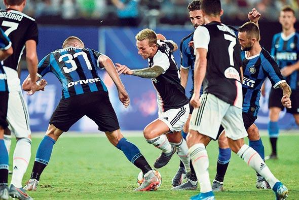 משחק בין יובנטוס ואינטר. רק שתי קבוצות בכדורגל האיטלקי מביאות יותר מ־50 אלף איש למשחק