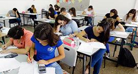 תלמידים ב בית ספר לומדים מבחן בגרות מתמטיקה, צילום: גדי קבלו